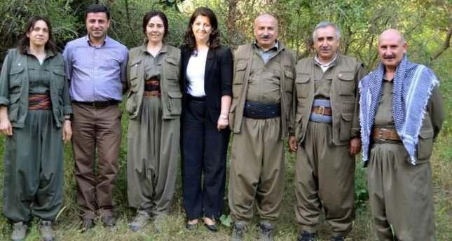Selahaddin Demirtas (chemise mauve) et Figen Yuksekdag (chemise blanche) en compagnie des membres du haut commandement du groupe terroriste PKK.