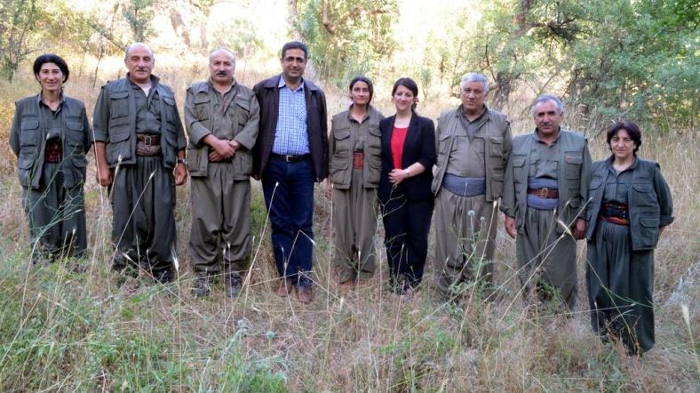 İdris Baluken (chemise à carreaux) et Figen Yuksekdag (top rouge) en compagnie des membres du du groupe terroriste PKK