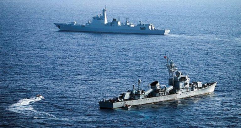 Un navire de guerre chinois frôle un destroyer américain