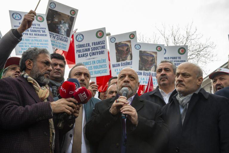les journalistes devant l'ambassade de France à Ankara