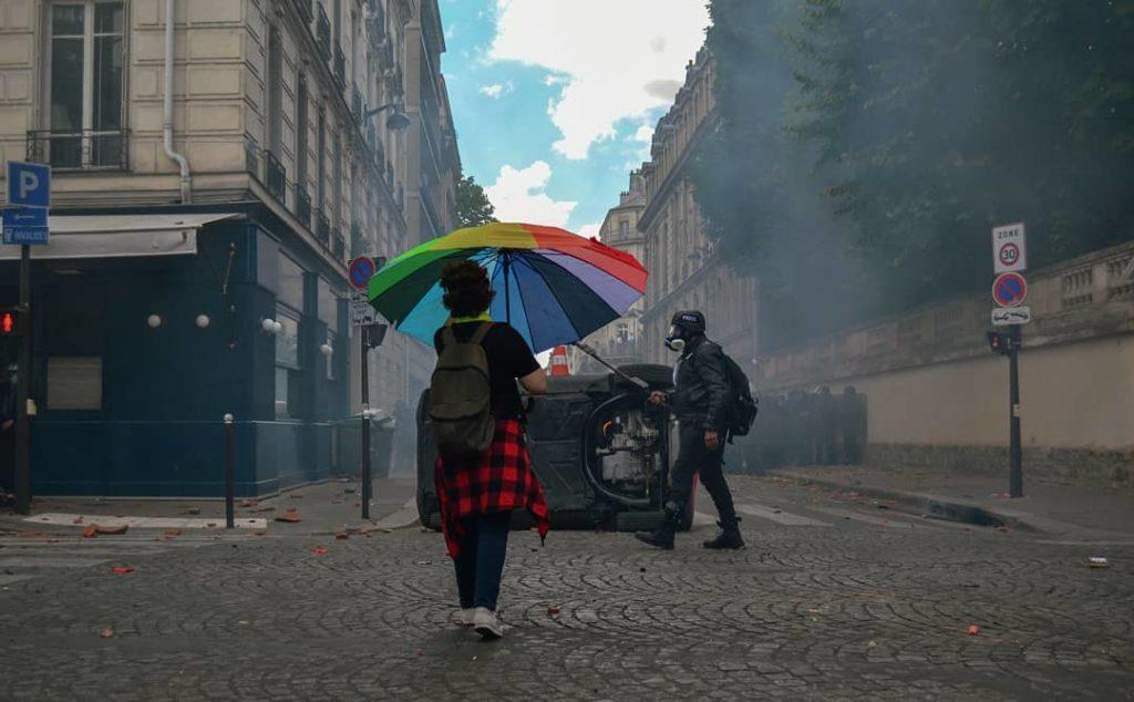 Moun avec son parapluie sans les black bloc